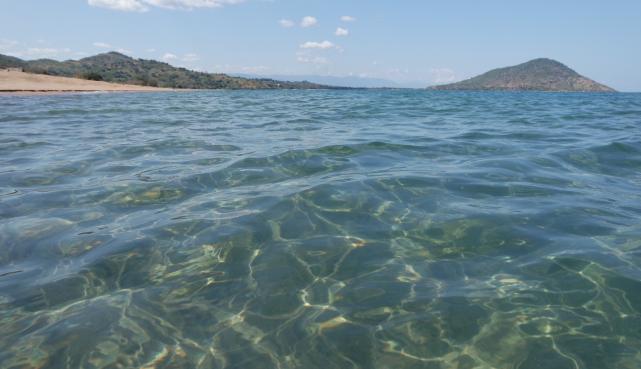 Klares Wasser des Sees